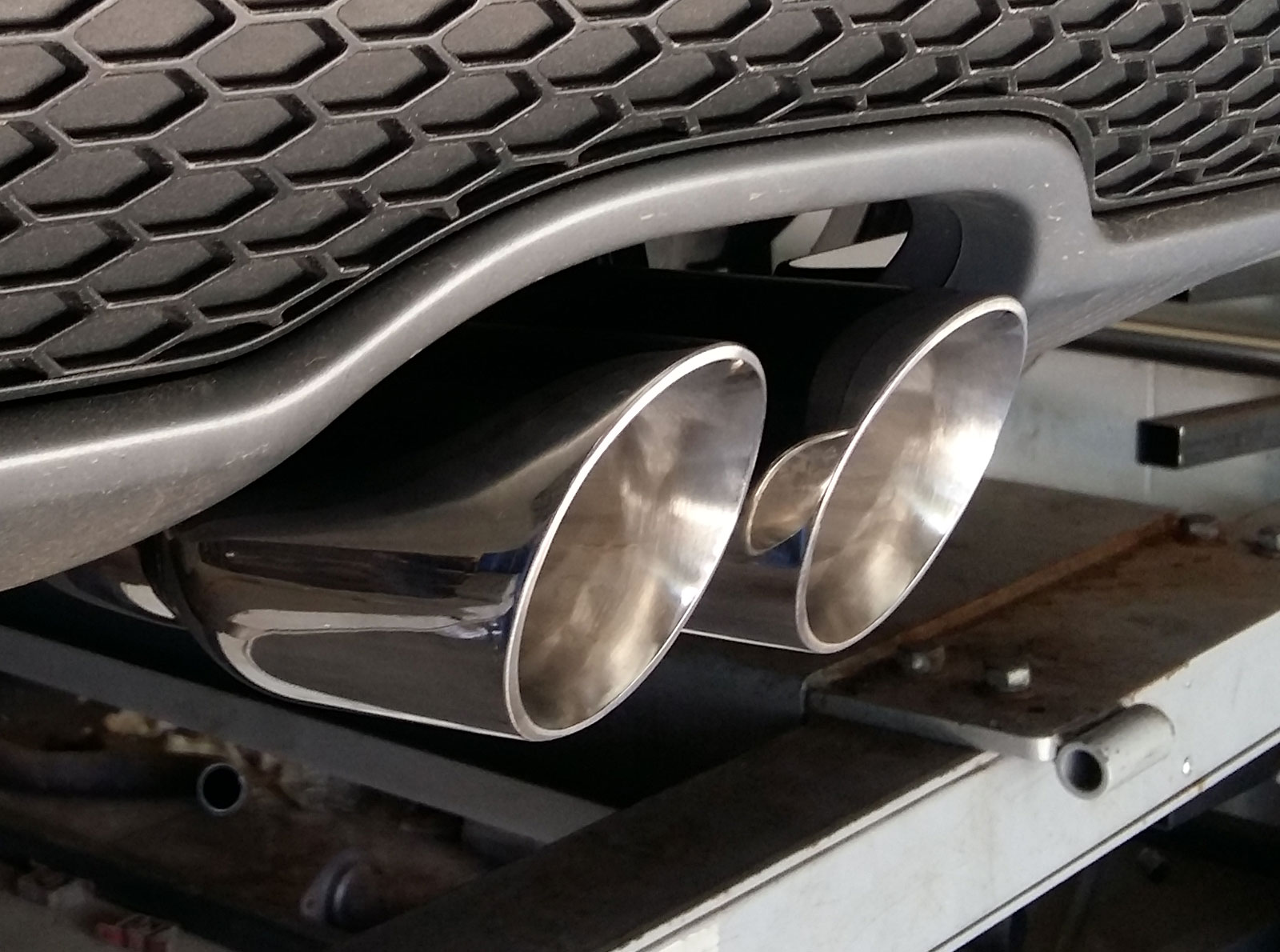 "twin 3"" slash cut tail pipes"